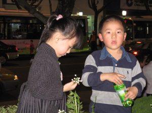 Copii bucuroși în Shanghai. Foto: Calin Hera